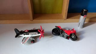 Maqueta avioneta y moto Hot Wheels