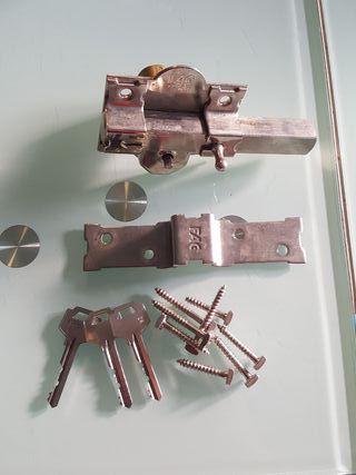 Cerrojo puerta con barra, clavos y tres llaves