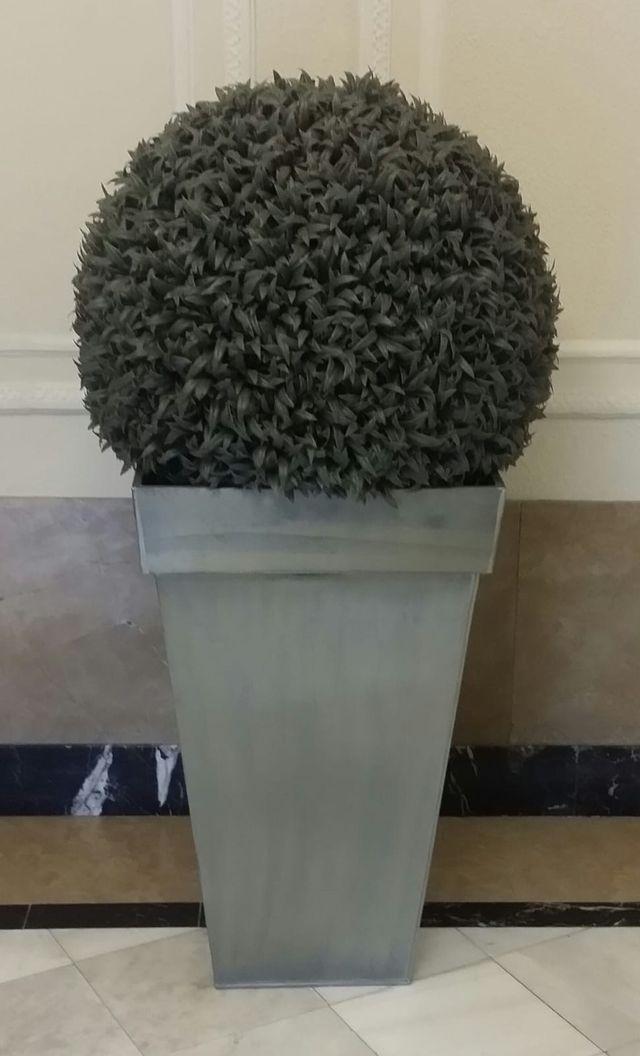 Planta artificial con maceta grande