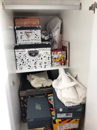 Mueble de literas con armario y cajones.