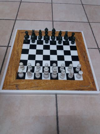 Tablero y piezas de ajedrez de marmol