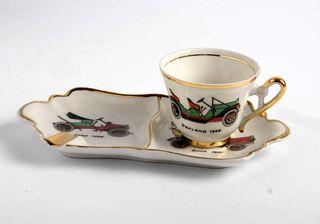 Cenicero de porcelana con taza de café. Coches