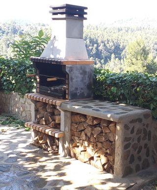 Mesas y leñeros de obra revestidos de piedra