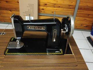 Maquina de coser antigua.