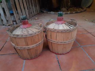 Garrafas de vino de madera antigua