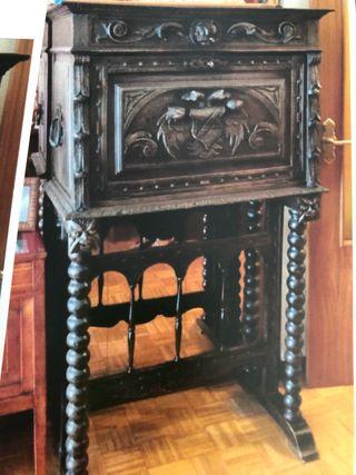 Bargueño Antiguo, perchero y sillas.