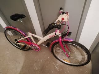 Bicicleta rosa y blanca con cesta