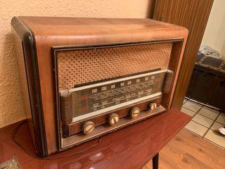 Radio antigua de buen tamaño