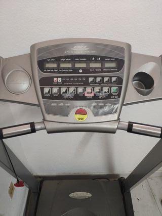 Máquinas de gimnasio. Multiestación de musculación