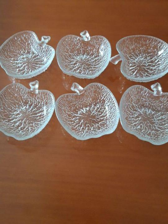 Juego de vajilla de cristal en forma de manzana.