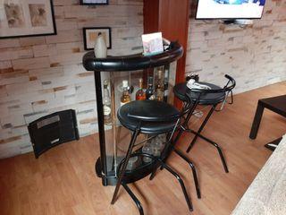 mueble bar y banquetas