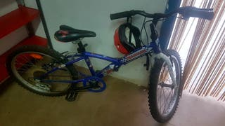 Bicicleta Decathlon para 8-10 años con casco.