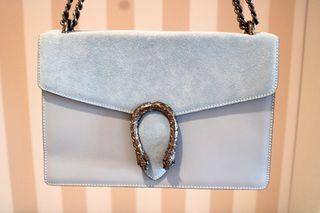 bolso de piel y ante azul