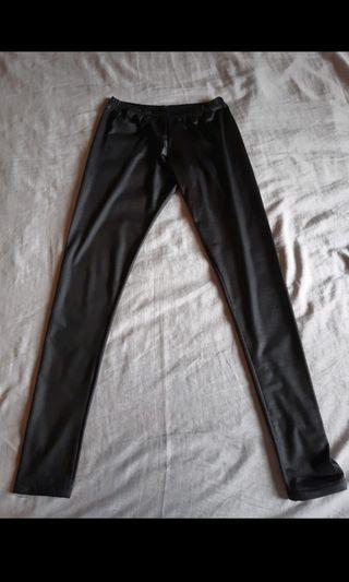 Pantalón estilo leggins efecto cuero