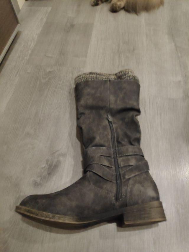 Botas altas grises.