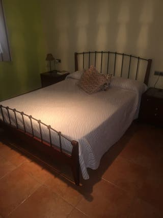 cama 150cm y mesitas de noche