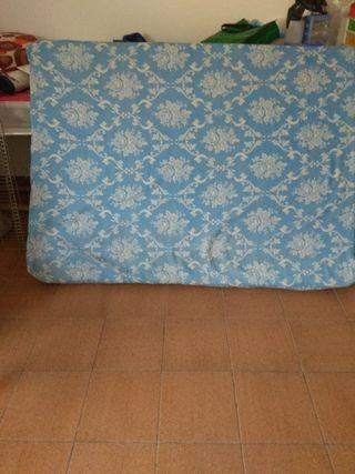 Se vende colchón de espuma de 135cm x 180 cm Está