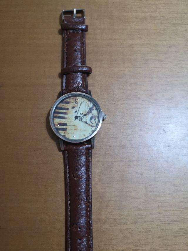 reloj de cuarzo con correa marrón