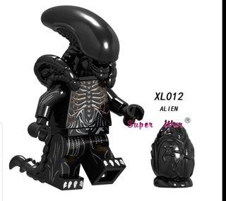 minifigura tipo lego Alien con huevo terror