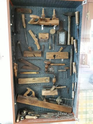 Colección de herramientas antiguas para la madera.