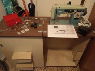 Máquina de coser eléctrica antigua con mueble