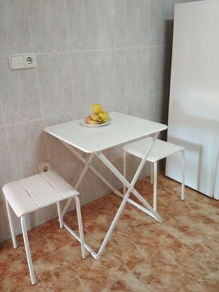 Mesa plegable con taburetes