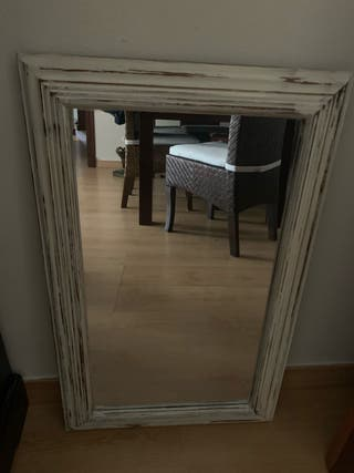 Espejo de madera blanca