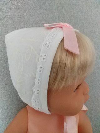 Gorrito de tela para muñeca tipo Nenuca