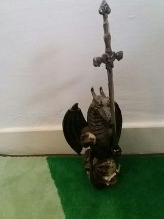 figura de dragón con espada abre cartas