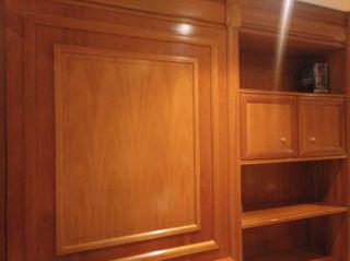 Mueble bar de tres módulos de madera.