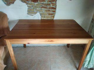 se vende 12 sillas y dos mesas de madera de pino