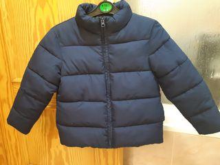 niño 4 años.Abrigo y chaqueta vaquera.