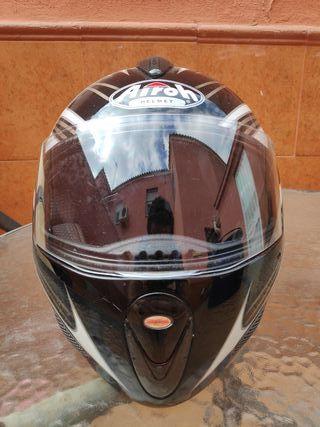 Casco modular marca Airoh.