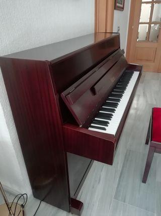 Se vende piano Konig con banqueta regulable.