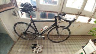 Bici de carretera Orbea con zapatillas y casco