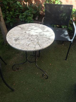 Mesa de jardín y sillas (x2)