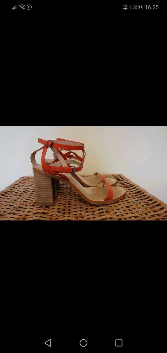Sandalia de tacón ancho con tiras