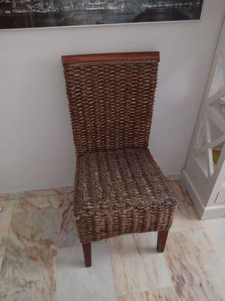 2 sillas idénticas de rafia y madera.35 € cada una