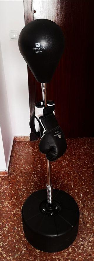 saco de boxeo de suelo con guantes