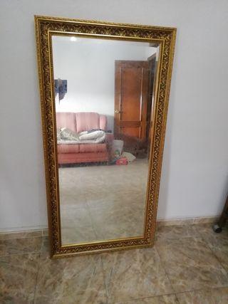 elegante espejo en perfecto estado