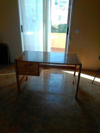 Mesa de escritorio y silla de madera