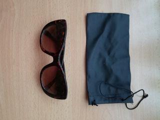 Gafas de sol y bolsa
