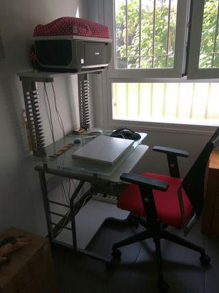 Mesa escritorio y sillas