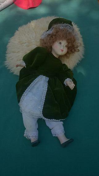 Muñeca porcelana antigua -vestido verde