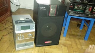 equipo de sonido con dos altavoces