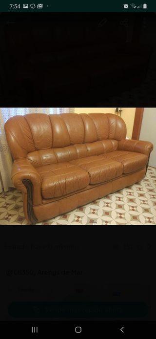 Sofa y butaca de piel marrón.