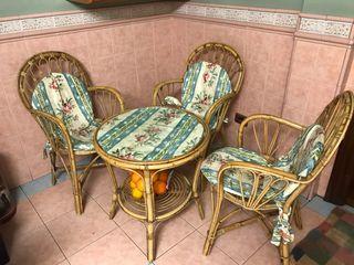 Mesa y sillas de mimbre