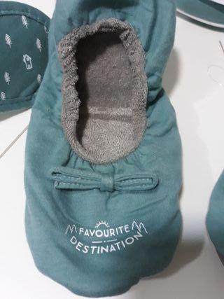 Estuche con zapatillas y antifaz viaje.