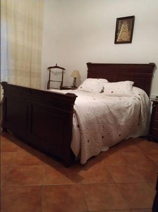 Dormitorio de madera de pino macizo.