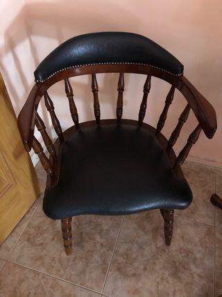 Cuatro sillas y mesa